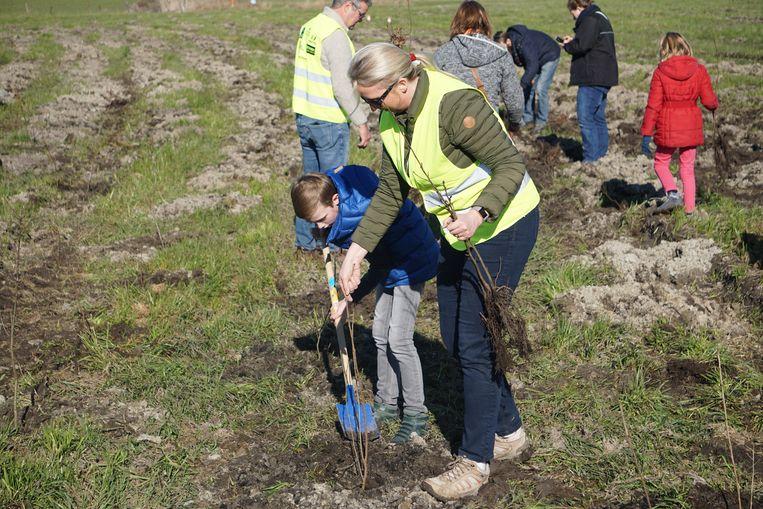 Ouders hielpen met hun kinderen mee spitten en planten