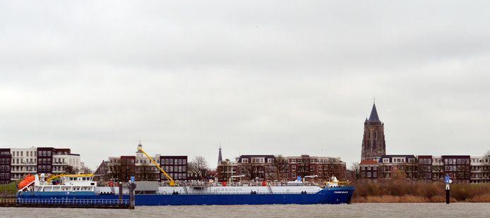 Een tankschip of kegelschip voor de vluchthaven in Gorinchem.