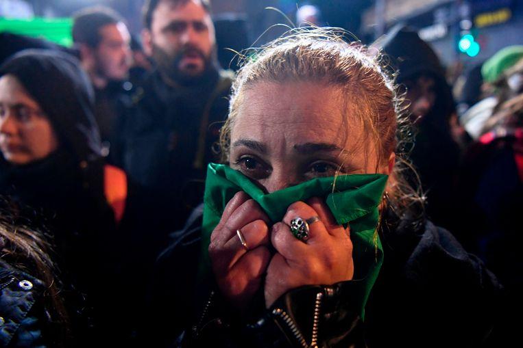 Verslagen reacties bij voorstanders van de legalisering van abortus in Buenos Aires na de stemming in de Senaat. Beeld AFP