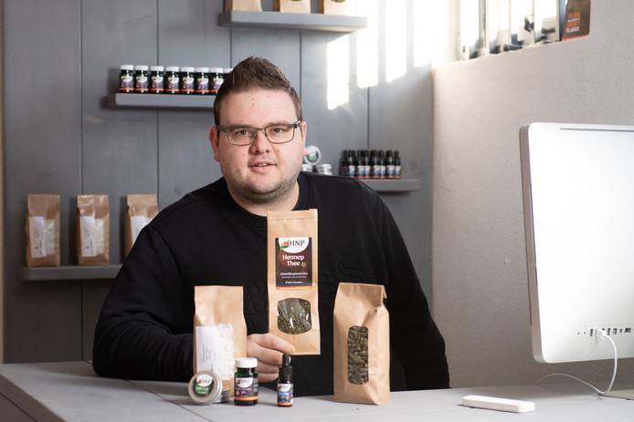 De 22-jarige Nick Lambers opent vandaag zijn eigen winkel in Vroomshoop. Hij gaat zich met name bezig houden met de verkoop van de populaire CBD-olie.