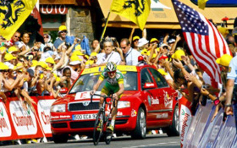 De Amerikaan Floyd Landis spurt in zijn eentje op de finish af in Morzine. Landis haalde een stunt uit door de zeventiende Tour-etappe met overmacht te winnen. Hij maakte de acht minuten achterstand die hij een dag eerder opliep tijdens zijn off day in de Alpen, daarmee in één klap bijna weer goed. (AP) Beeld