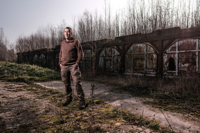Beheerder Maurice Kruk met achter hem de restanten van steenfabriek De Koppenwaard. Foto: Jan Ruland van den Brink