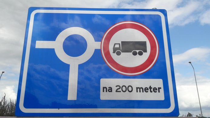 Het  verbodsbord op de rotonde voor de afslag Zevenbergschen Hoek. Maar nog altijd rijden er veel vrachtwagens door het dorp.