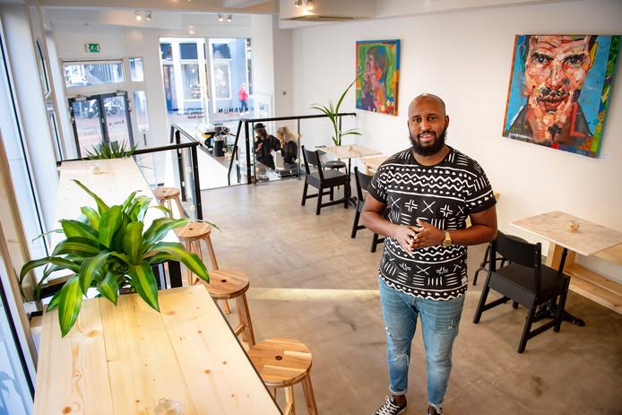 Abdi Kadar in zijn koffie- en lunchzaak Kushiin.