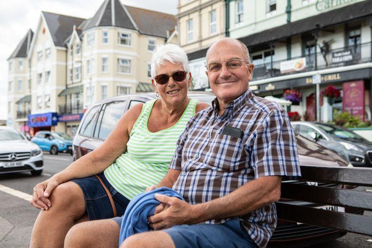 Dave en Lucia King op een bankje aan de kust in Bognor Regis. 'Boris is het beste wat ons kan overkomen', zegt Dave.  Beeld Antonio Olmos