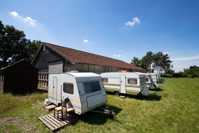 In deze caravans op het terrein van Berghorst verbleven de arbeidsmigranten, zonder vergunning van de gemeente.