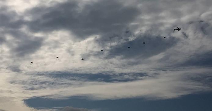 Om 12.15 uur sprong er toch nog een ploeg parachutisten. De rest volgt om 14:00 uur.