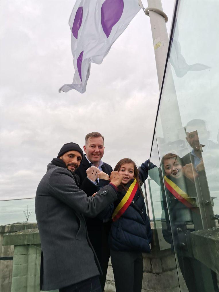 Preventieschepen Abdrahman Labsir, burgemeester Alexander Vandersmissen en kinderburgemeester Camila Ladrón de Guevara Espindola hesen de vlag.