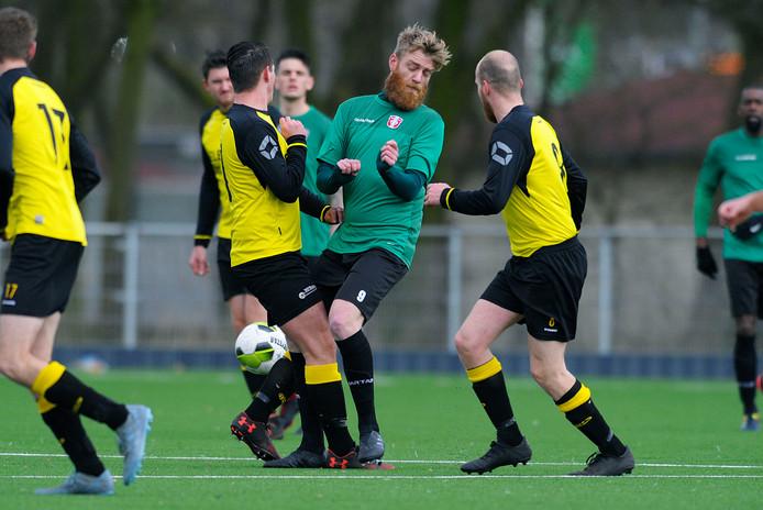 DEVO (geelzwarte shirts) speelt dit seizoen in de 'Zeeuwse vijfde klasse'.