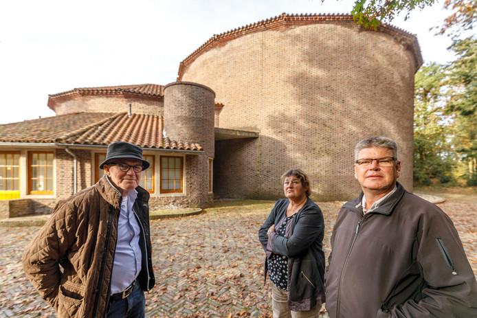 Theo Versteeg, Vrouwk Weemstra en Bert Meijerink voor de Kunstbunker in Paasloo.