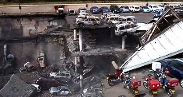 Grote beschadigingen aan het getroffen winkelcentrum. Beeld AFP