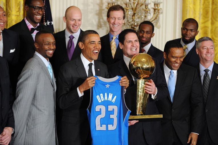 Miljardair Mark Cuban, rechts van president Obama, wordt in 2012 met zijn NBA-team Dallas Mavericks ontvangen in het Witte Huis na het winnen van het kampioenschap. Cubans vermogen wordt geschat op 3,2 miljard dollar. Beeld EPA