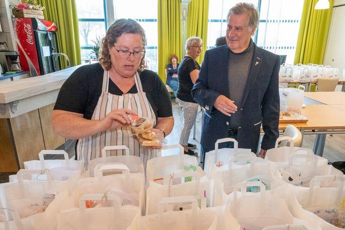 Wijkcentrum De Burgerij tijdens de high-tea-actie voor de wijk, links kok Mirjam de Hond en recht voorzitter Wim Meulmeester.