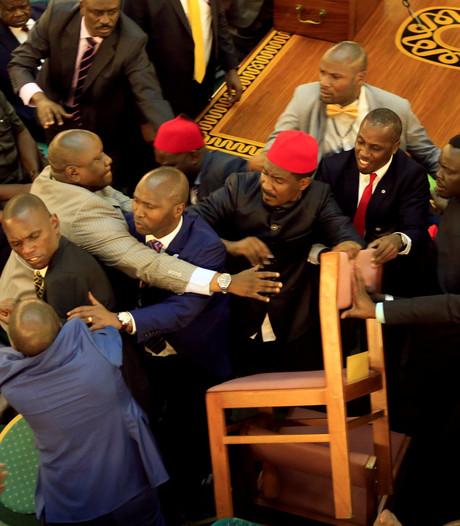 Parlementariërs Oeganda gaan met elkaar op de vuist