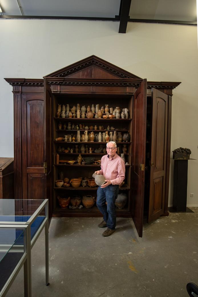 René van Mierlo (Stedelijk Museum) bij de burgemeesterskast die ruim 200 jaar in de burgemeesterskamer in oude gemeentehuis heeft gestaan. Nu staat de kast opgeslagen in het depot van het gemeentearchief in de Stadskazerne.
