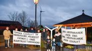 Buurtcomité protesteert met slogans tegen plannen voor nieuwe windmolen in industriezone