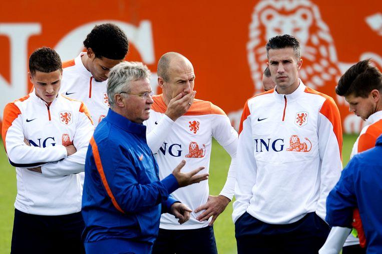 Trainer Guus Hiddink spreekt met zijn spelers tijdens een training in voorbereiding op de EK-kwalificatie wedstrijd tegen Kazachstan. Beeld anp