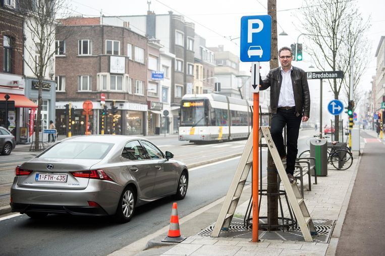 Schepen van Mobiliteit Koen Kennis onthult het bord voor de extra parkeerplaatsen.