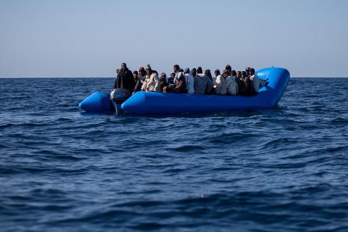 47 migranten in een rubberboot konden worden gered. Het is niet duidelijk of zij tot dezelfde groep behoorden van vluchtelingen die het niet haalden.