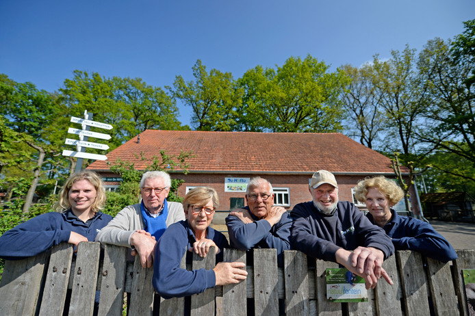 Bedrijfsleider Loes Meijerink (links) met een aantal vrijwilligers van De Höfte: v.l.n.r. Johan Huijsmans, Dorien Gerrits, Wil Gerrits, Herman Vleer en Mieke ter Heurne.