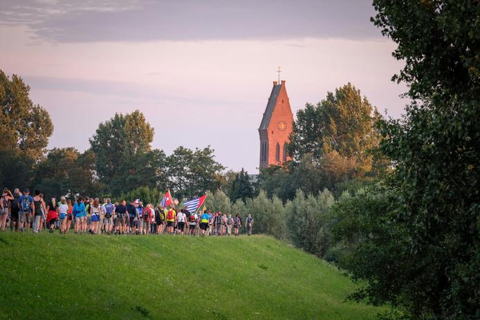 De eerste Vierdaagsedag. Normaal gesproken zie je vanaf deze plek de wandelaars naar je toe lopen. Vandaag lopen ze juist naar Oosterhout toe.