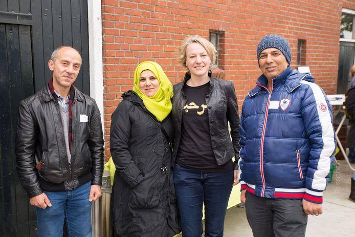 De nieuwe burgemeester van Dalfsen (tweede van rechts) gestoken in een t-shirt met de Arabische tekst 'welkom' erop tijdens een ontmoeting met vluchtelingen in Bedum, waar zij waarnemend burgemeester was.