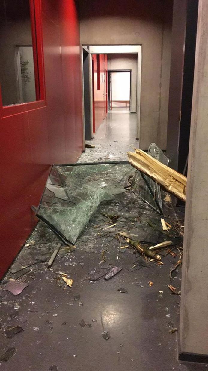 De schade is ontstaan door een boom die tegen het gebouw waaide.
