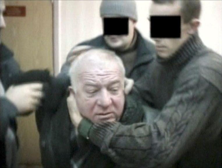 Beeld uit een video hoe Sergei Skripal, een voormalige kolonel van de militaire inlichtingendienst GROe, wordt gearresteerd in Rusland. Hij vestigde zich later in Groot-Brittannië.  Beeld REUTERS