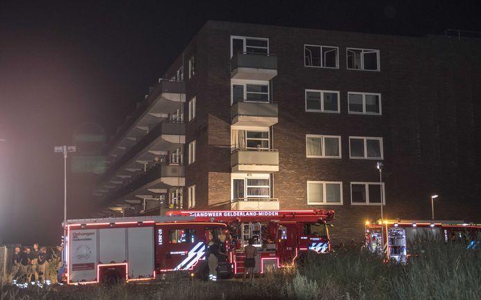 De brandweer aan het appartementsgebouw in Arnhem (archieffoto).