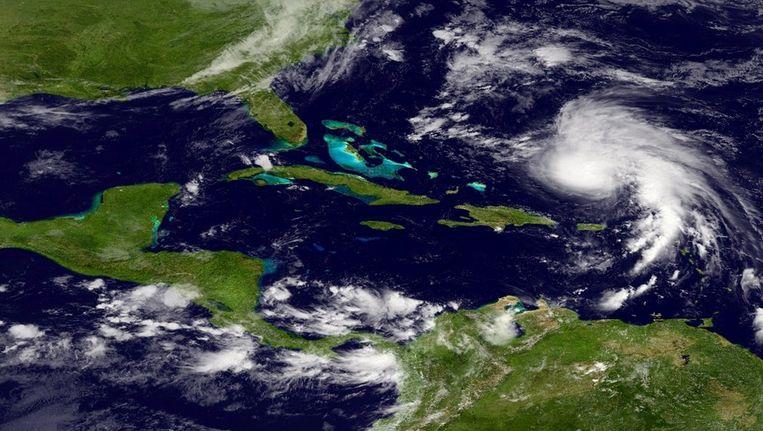 Rafael (rechts) nadert Puerto Rico, een satellietbeeld van maandag. Beeld afp