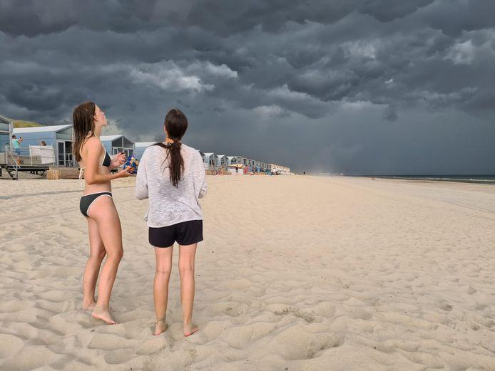 Op het strand bij Domburg zien Nina (links) en Isabella de bui al hangen...