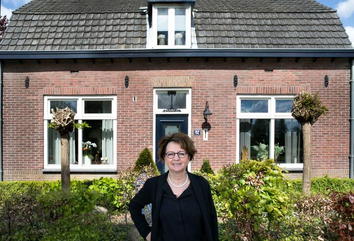 Wilma van der Rijt voor haar woning, tevens ouderlijk huis, aan de Leenderweg in Heeze. Foto René Manders