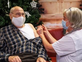 """Hector (97) krijgt als eerste Antwerpenaar het coronavaccin, al hoefde dat voor hem niet: """"Waarom krijgt de jeugd geen voorrang?"""""""