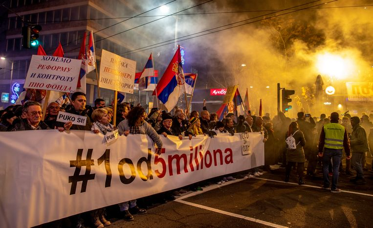Demonstranten houden een spandoek omhoog dat zegt  '#1 van de 5 miljoen' tijdens een manifestatie in Belgrado.