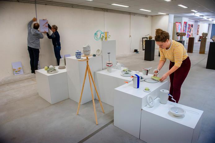 Marieke van Heesbeen, productontwerpster uit Waalwijk, schikt haar porseleinen objecten. Zaterdag 16.00 uur gaat het nieuwe Museum voor Hedendaagse Kunst open.