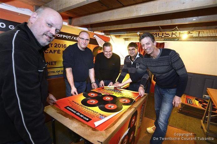 Aalt Kompagne, Dinant Besselink, Dick Loman, Jan ter Beek en Wijnand Reijerink zij al druk bezig met het plakken van de posters 'Alle 10 goed'