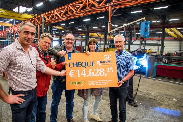 Willem Reijrink (links) en Toon Reijrink (r) overhandigen de cheque aan Jac Linnemans (Wij-Wel), Chris Aerts en Patrica Aerts (Benjamin).