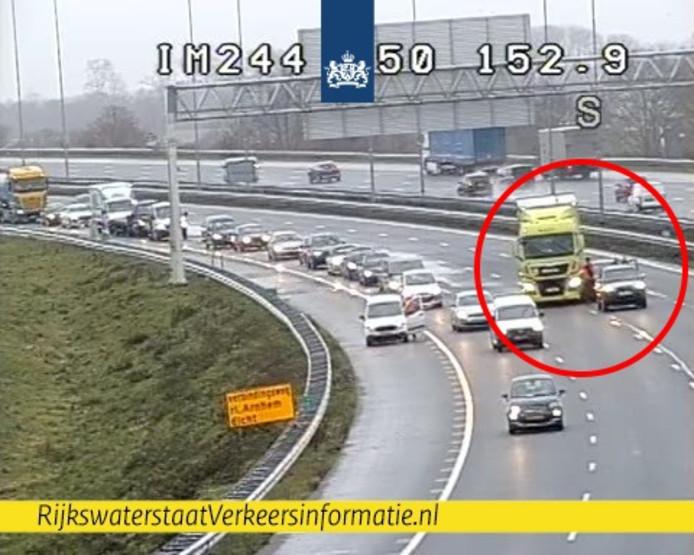 Ongeluk op de A50 richting Arnhem bij knooppunt Valburg. Hierdoor zijn er drie rijstroken dicht.