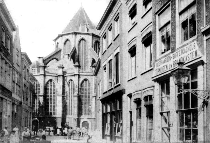 De Grotekerksbuurt rond 1890. Het huis de Grote Wijnberg waar turfschipper Adriaan van Bergen woonde stond op de plek van het een-na-laatste huis aan de rechterkant. Nu is daar Nobel's Brood.