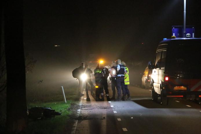 Hulpdiensten ter plaatse op de Deelenseweg na het ongeluk. De scooter is links in beeld.
