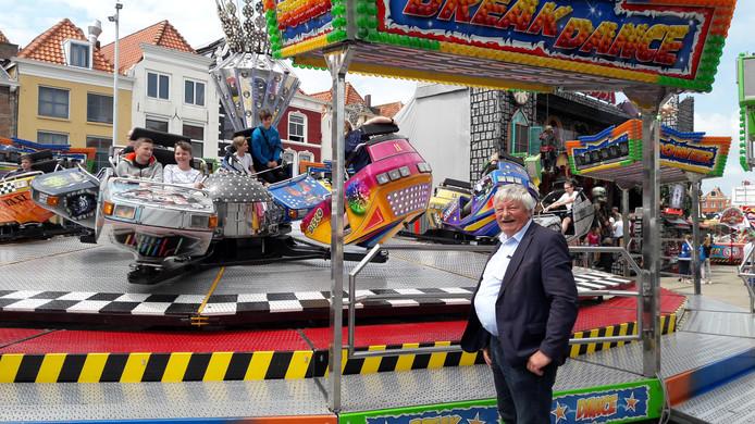 Wethouder Rens Reijnierse voor de Break Dance, een attractie waar hij met geen stok is in te slaan.