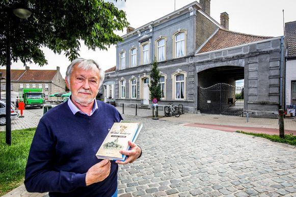 Oud-burgemeester van Alveringem Marc Wackenier met zijn vorige boek 'Een eeuw in den drank. 1840-1940'.