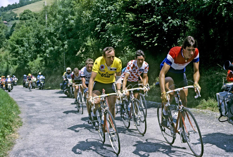 Joop Zoetemelk in gele trui naast ploeggenoot Johan van der Velde, met ingepakte elleboog na de 'iconische' valpartij.