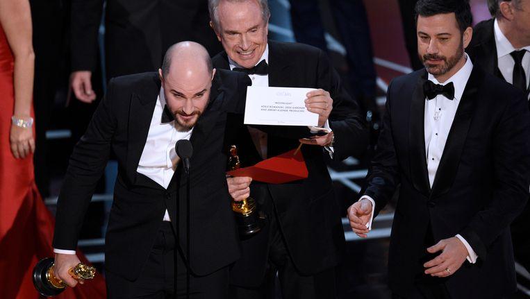 Jordan Horowitz, producent van La La Land, laat de enveloppe zien waarin staat dat Moonlight de Oscar voor beste film heeft gewonnen. Beeld null