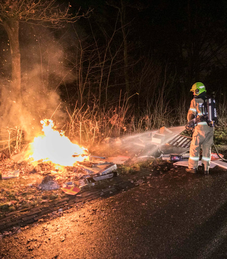 Afval gedumpt en in brand gestoken in Arnhem