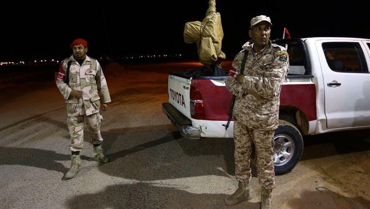 Strijders van de Libische Dageraad bewaken een mobiele controlepost van de Mediterraanse stad Sirte. Beeld ANP