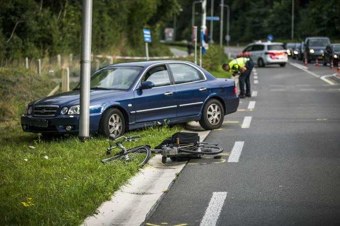 De fiets en de auto kwamen hard met elkaar in botsing op de Rijksweg bij Beek.