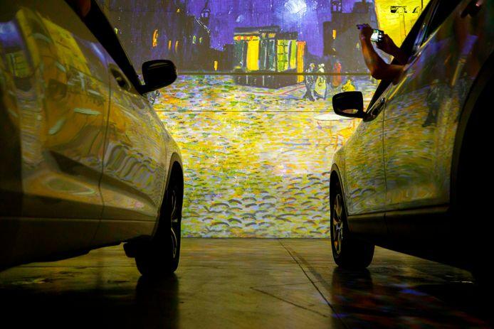 De bezoekers aan de interactieve tentoonstelling over de kunst van Vincent van Gogh in Toronto (Canada) kunnen in hun auto genieten van zijn meesterwerken