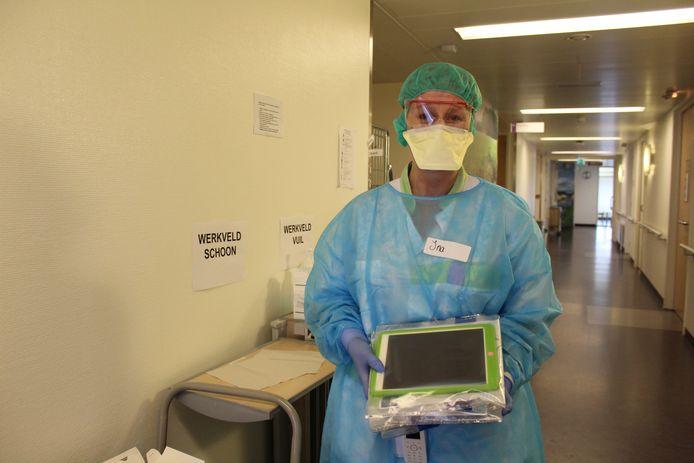 Een verpleegkundige op de corona-afdeling van het SKB in Winterswijk.