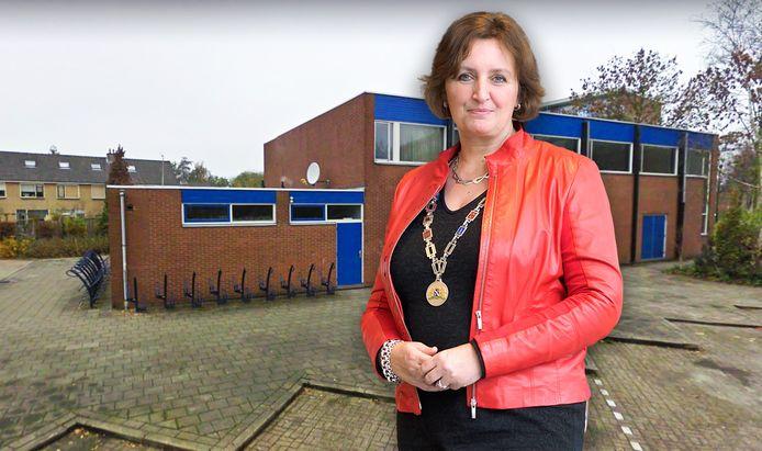 Burgemeester Liesbeth Spies (met de op de achtergrond de moskee in Boskoop) zegt dat ze juridisch machteloos staat tegenover het moskeebestuur dat afspraken schendt.